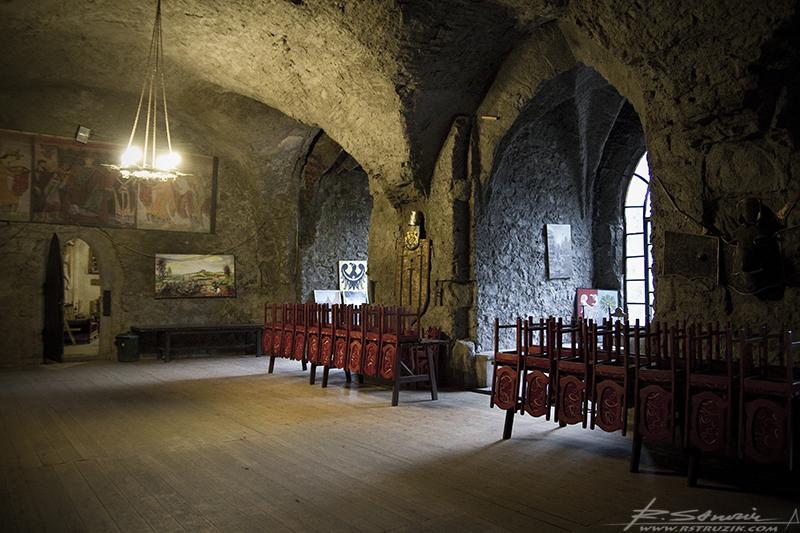 Zamek Grodziec. Jedna z dwóch potężnych izb znajdujących się na pierwszym piętrze wewnątrz grubych (jak widać) murów budowli.